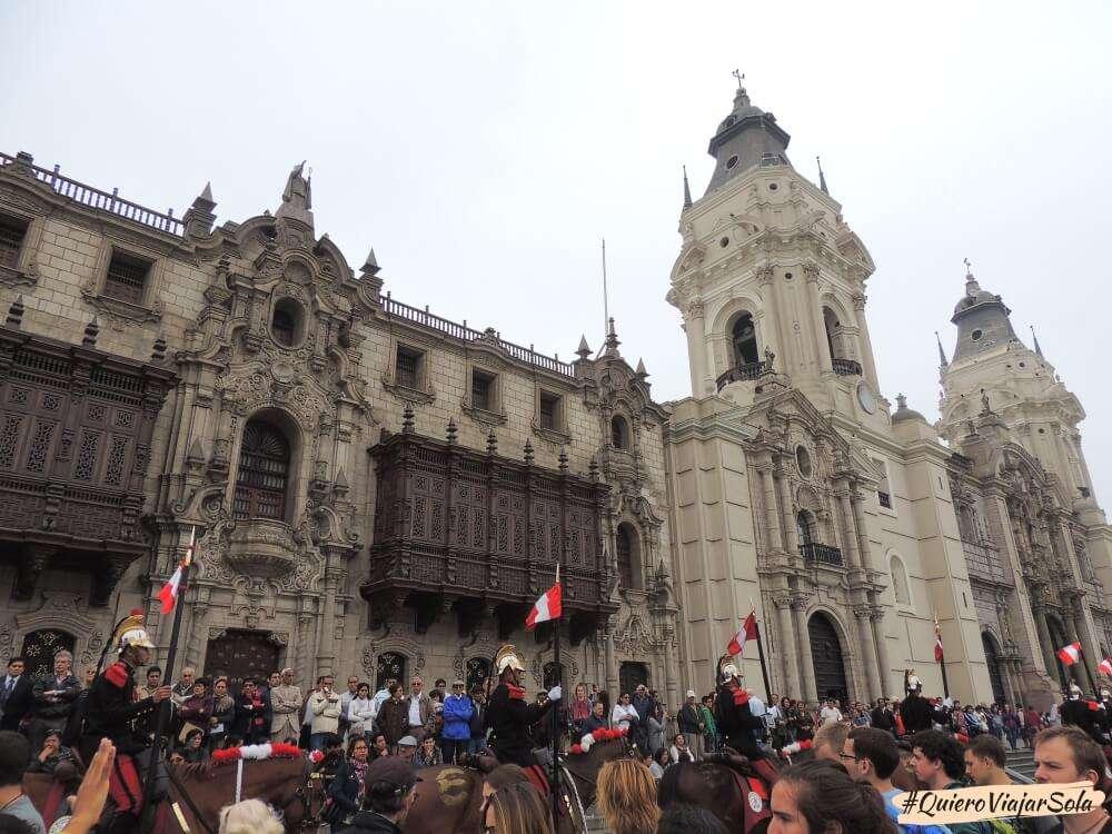 Viajar sola a Lima, Cambio de guardia Catedral