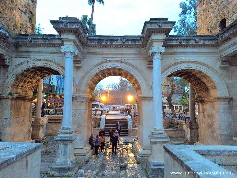 Viajar sola a Antalya y Alanya, arco de Adriano