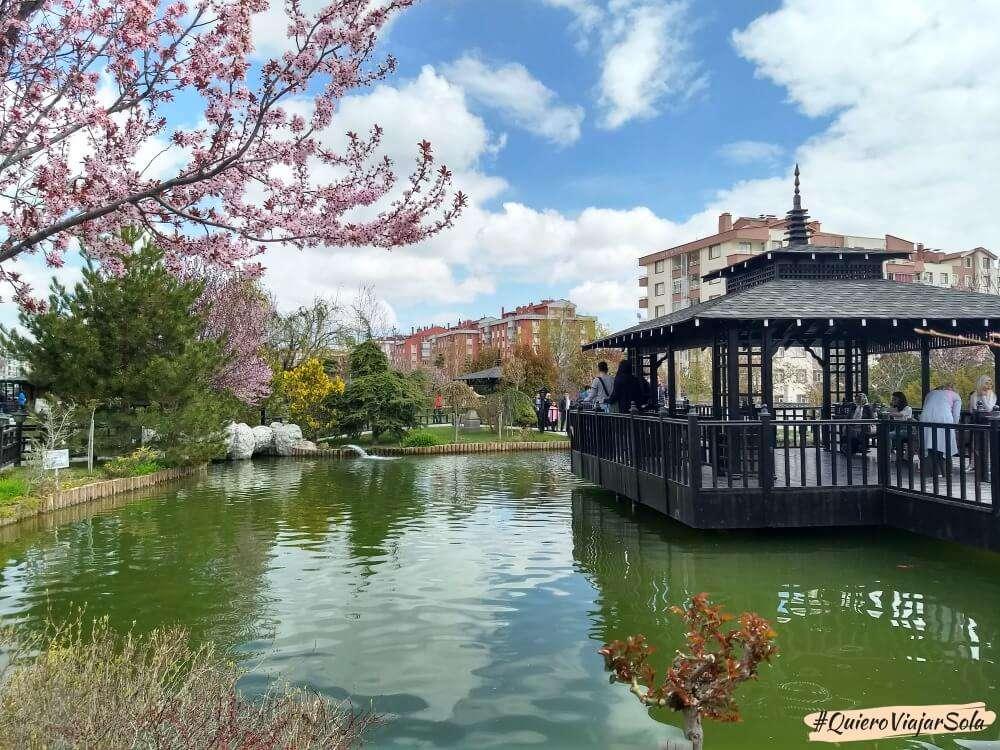 Viajar sola a Konya, Jardín Japonés