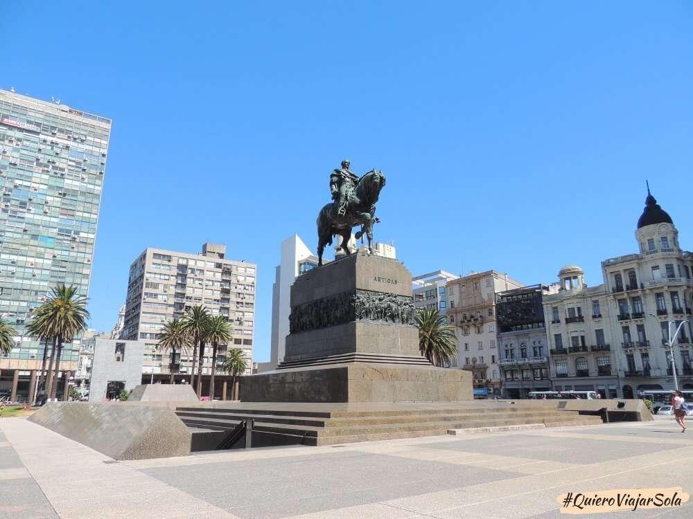 Viajar sola a Montevideo, Plaza de la Independencia