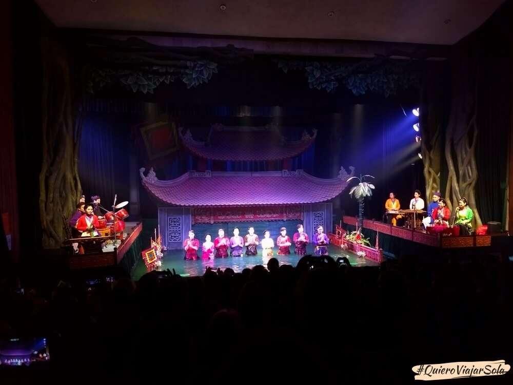 Viajar sola a Hanoi, teatro de marionetas