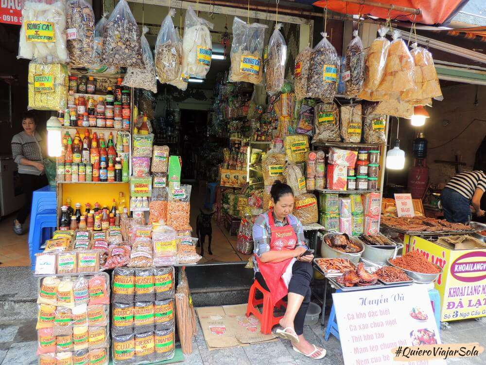 Viajar sola a Hanoi, una tienda