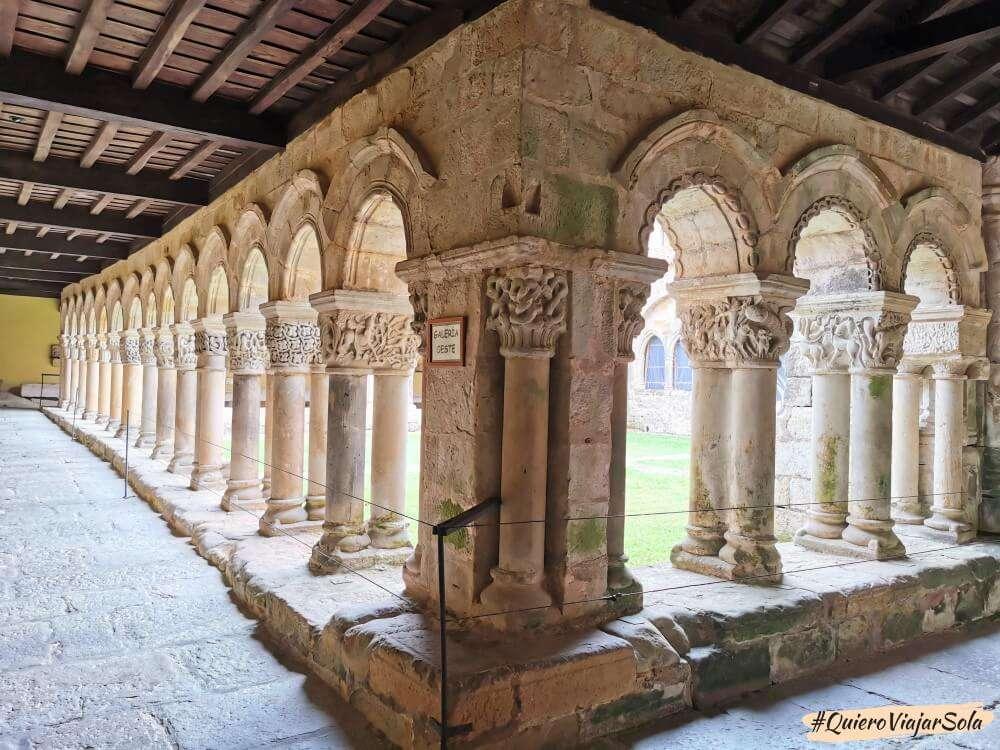Que hacer en Santillana del Mar, claustro del Monasterio de Santa Juliana
