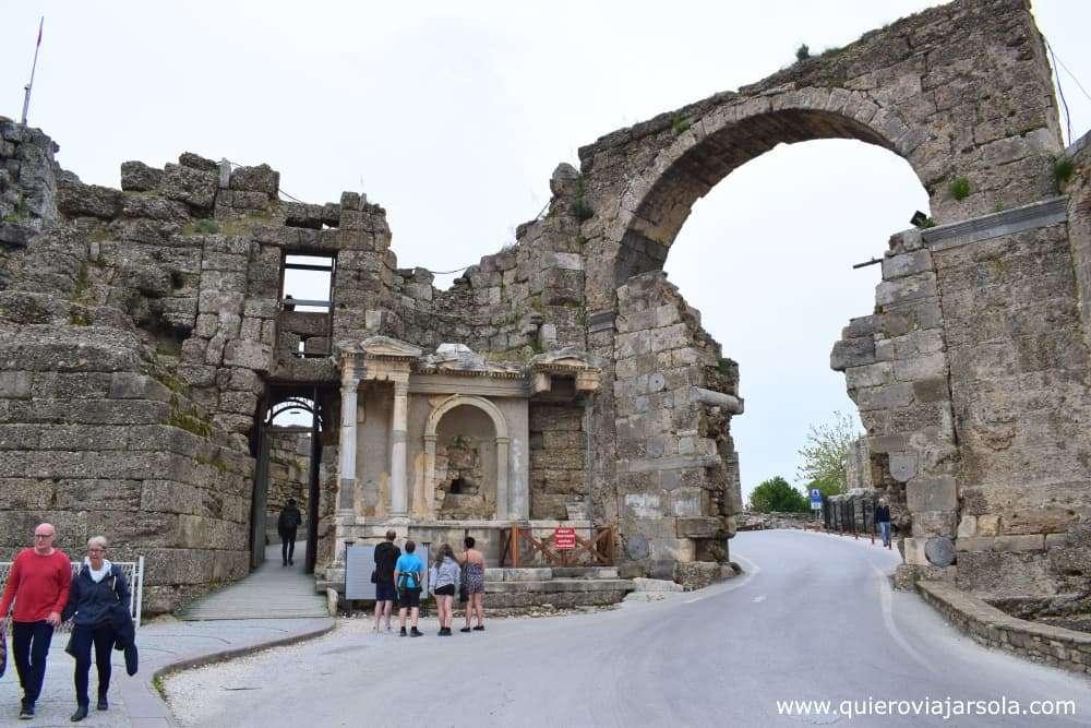 Que ver en Side Turquía, arco monumental