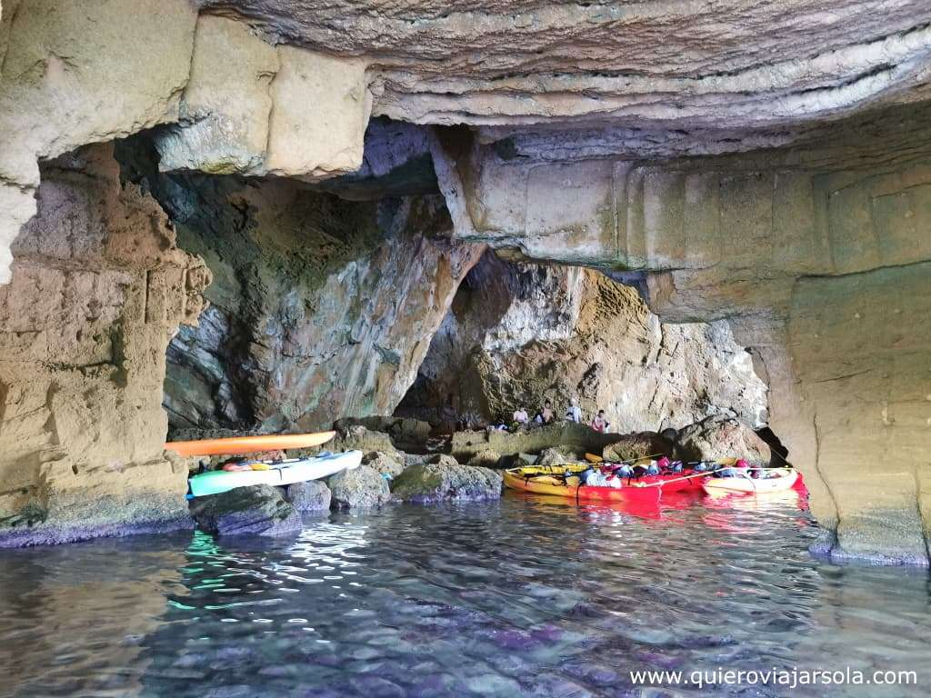 Cómo visitar la Cova Tallada, kayaks